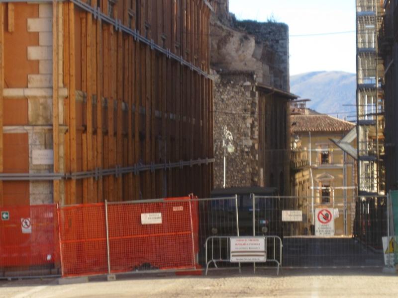 L'Aquila. La parte del Corso Umberto primo, ancora non accessibile. Presenti i militari bloccano