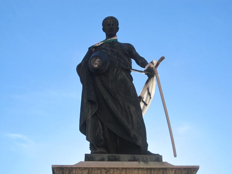 L'Aquila. La statua del poeta Sallustio,  decorato dagli aquilani con una pala, un caschetto da cantiere, un secchio e una fascia tricolore, con su scritto carriole, carriole, carriole