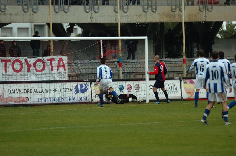 Samb-Atessa Valdisangro, Covelli appoggia in rete battendo Santandrea su sponda aerea di Mengo (foto Troiani)