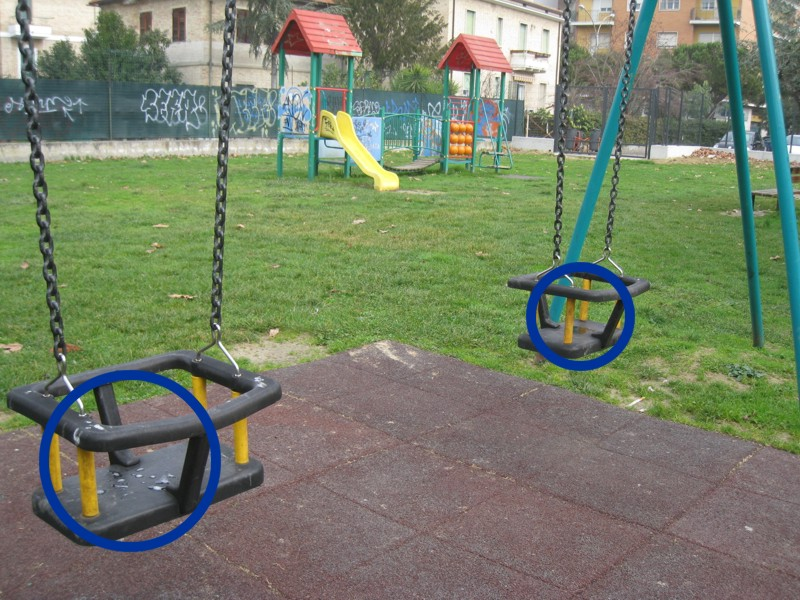 Parco Wojtyla: sputi sulle altalene