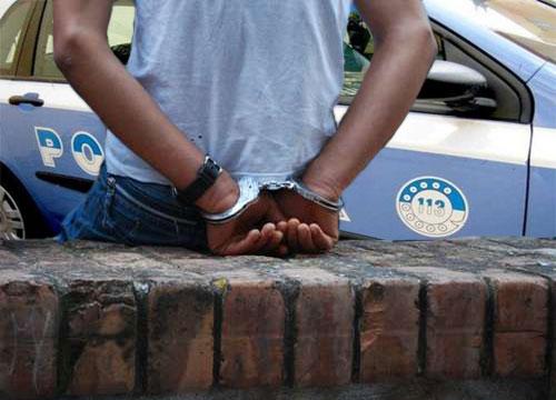 Arresto sullo sfondo della vettura in dotazione alle forze di Polizia