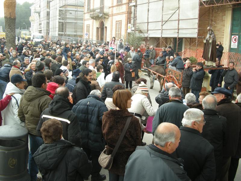 La Festa di Sant'Antonio a Cupra, il momento della benedizione