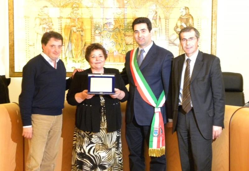 Francesca Ciarrocchi riceve la targa dall'amministrazione comunale di Monteprandone