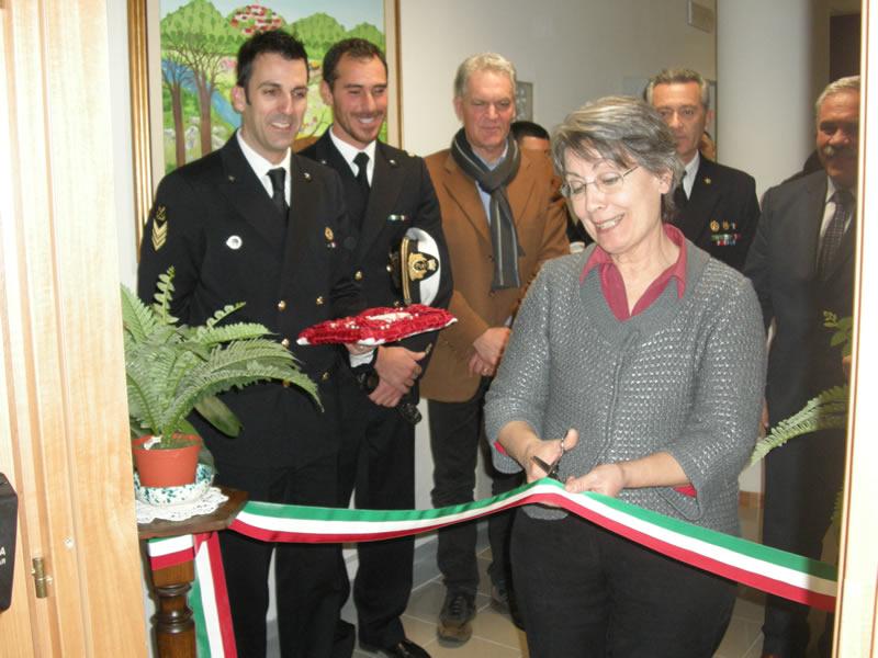 Inaugurazione nuovi uffici della Capitaneria di Porto a Cupra, l'assessore al servizi sociali Cerolini taglia il nastro