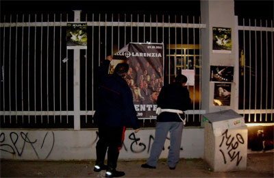 Polizia e Carabinieri rimuovono il cartello non autorizzato.