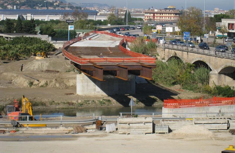 Il nuovo ponte in costruzione sulla statale 16