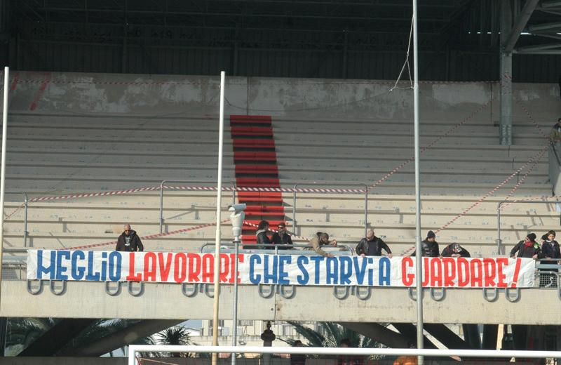 La scritta con cui i tifosi hanno accolto le squadre in campo