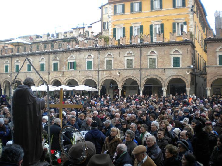 Sant'Antonio abate, molte persone a Piazza del Popolo