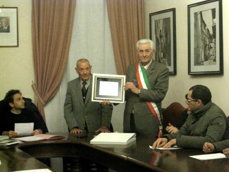 Il sindaco Nazareno Tacconi consegna la targa ricordo a Mario Melozzi