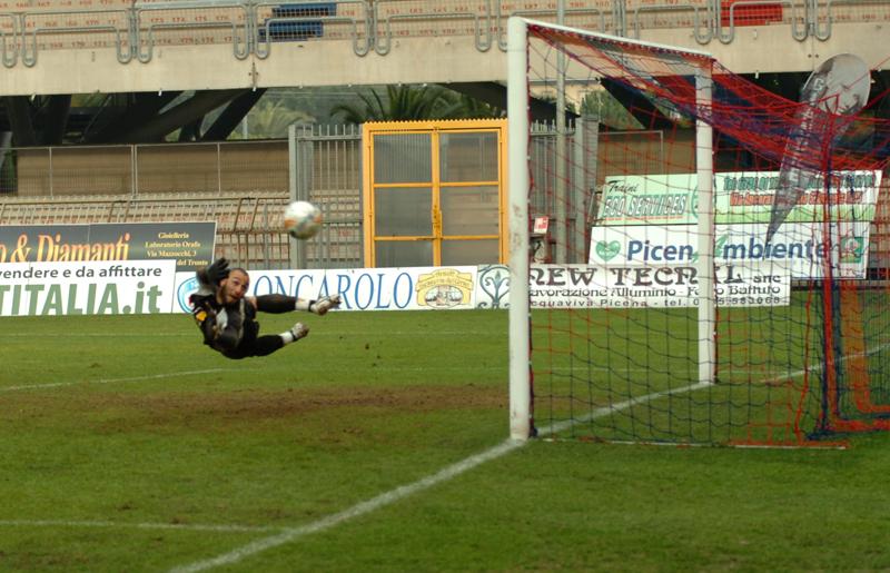 Secondo tempo di Samb-Atessa, D'Angelo partorisce uno splendido destro a girare da fuori area, palla di poco a lato di Santandrea (foto Troiani)