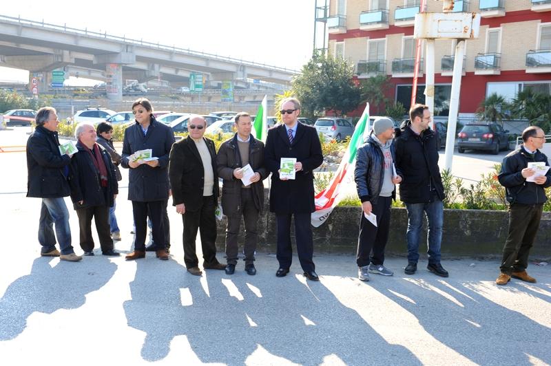 Amministratori del Pd con il segretario provinciale Di Francesco durante la protesta