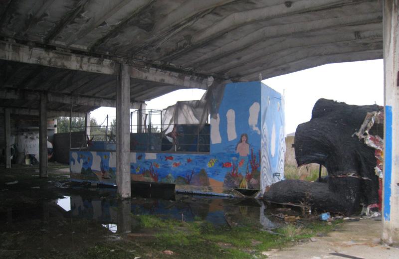 Il capannone di Villa Rosa dove sono costruiti i carri del Carnevale - rimessa esterna