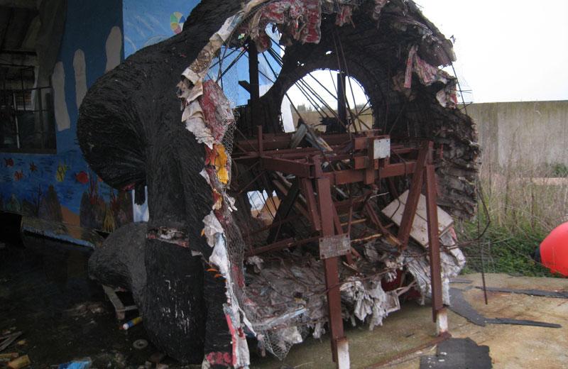 Una struttura di cartapesta attaccata dai topi