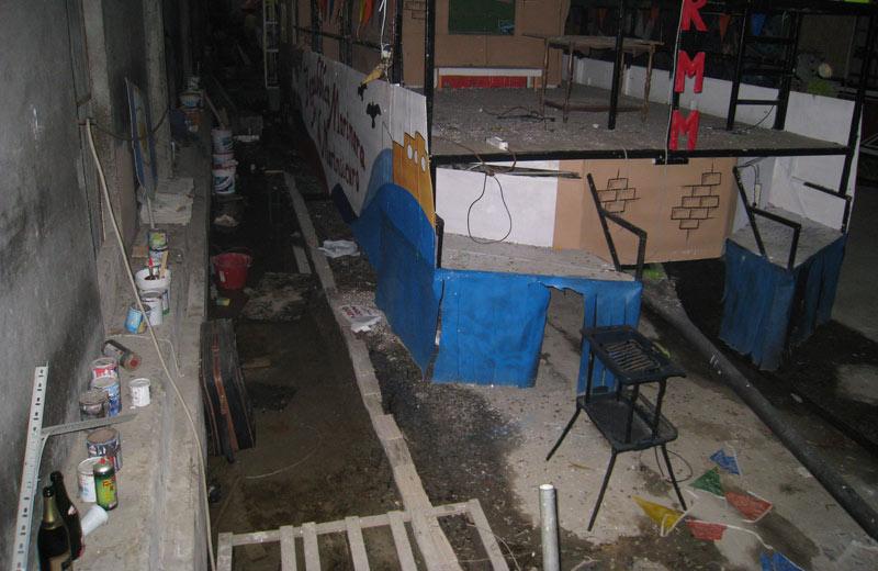 Passerelle e tavole di legno disposte sul pavimento per camminare all'asciutto