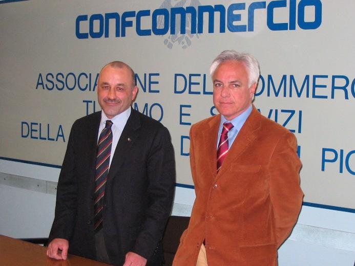 A sinistra il presidente di Confcommercio Igino Cacciatori insieme al direttore Giorgio Fiori