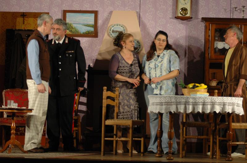 Cesarino, il maresciallo Gargiulo, Gigia, la futura sposa Matilde e il padre Stefano (foto Troiani)
