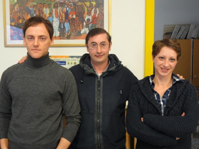 Al centro, Don Francesco Ciabattoni presidente dell'associazione Croce del Sud con due volontari, Roberto Crescenzi e Ramona Sgariglia.