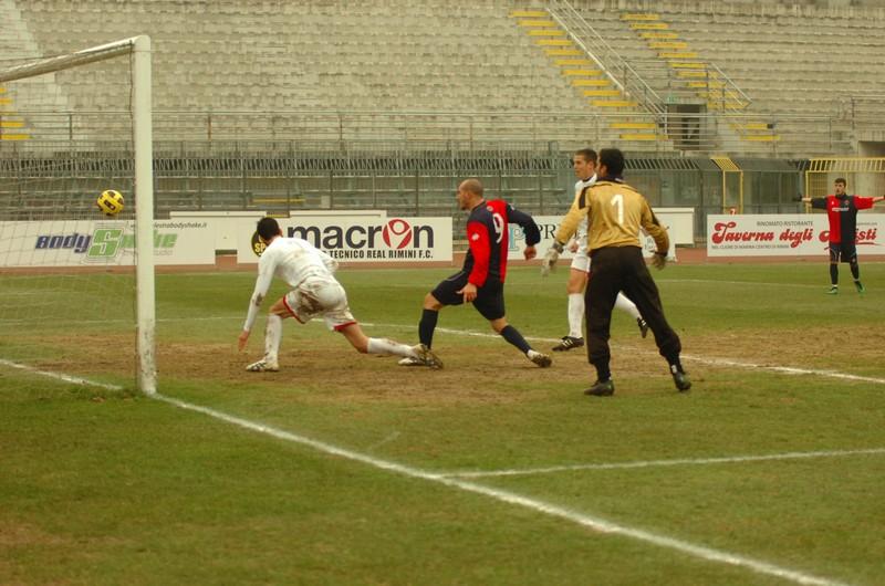 Covelli gol: bruciati il portiere Verì e il terzino Savelli, l'attaccante insacca (foto Troiani)