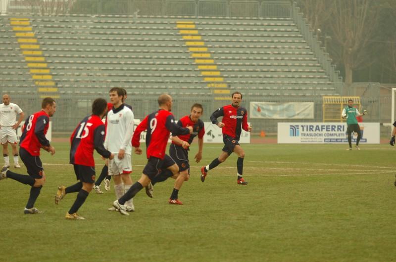 Covelli corre, Cuccù e gli altri lo abbracciano dopo il gol (foto Troiani)