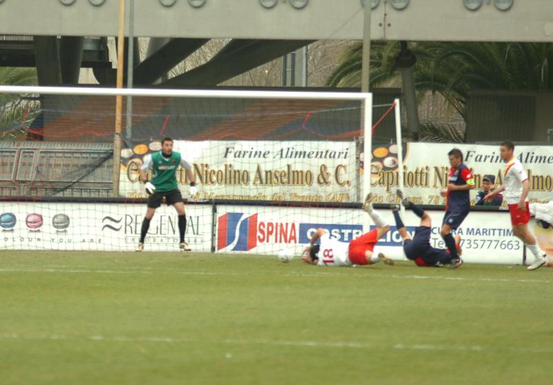 Di Rito ha appena strattonato Casali, è il fallo da rigore (foto Troiani)