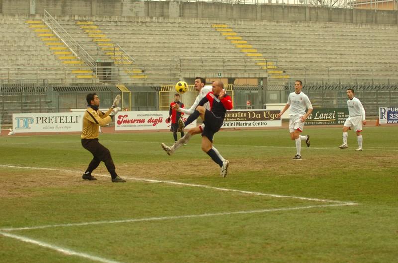 Covelli un momento prima di saltare il portiere Verì ed evitare il ritorno di Savelli (foto Troiani)