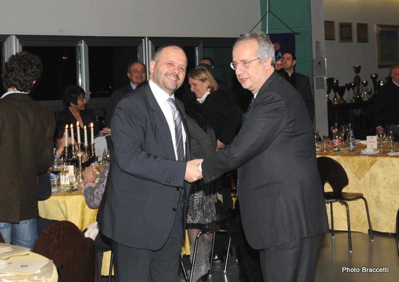 Giovanni Gaspari stringe la mano a Walter Veltroni