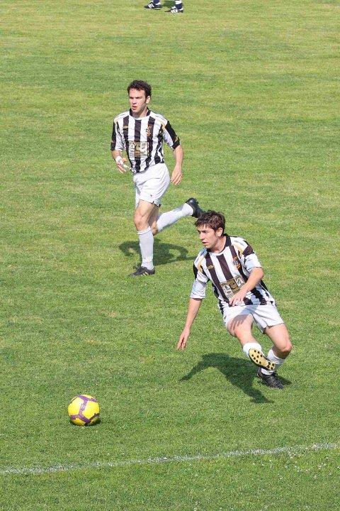 Il bomber dell'Atletico Piceno Enrico Pezzoli ed il match winner odierno, il centrocampista Gianluca Gabrielli che nella foto è in allungo sulla palla.