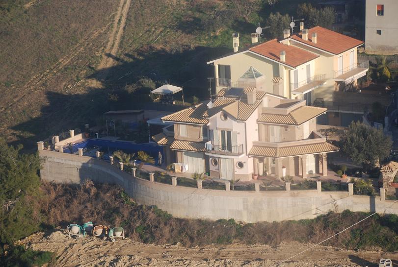 La villa di Grottammare ripresa dall'elicottero della Gdf - 1