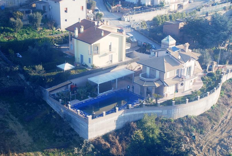 La villa di Grottammare ripresa dall'elicottero della Gdf -2