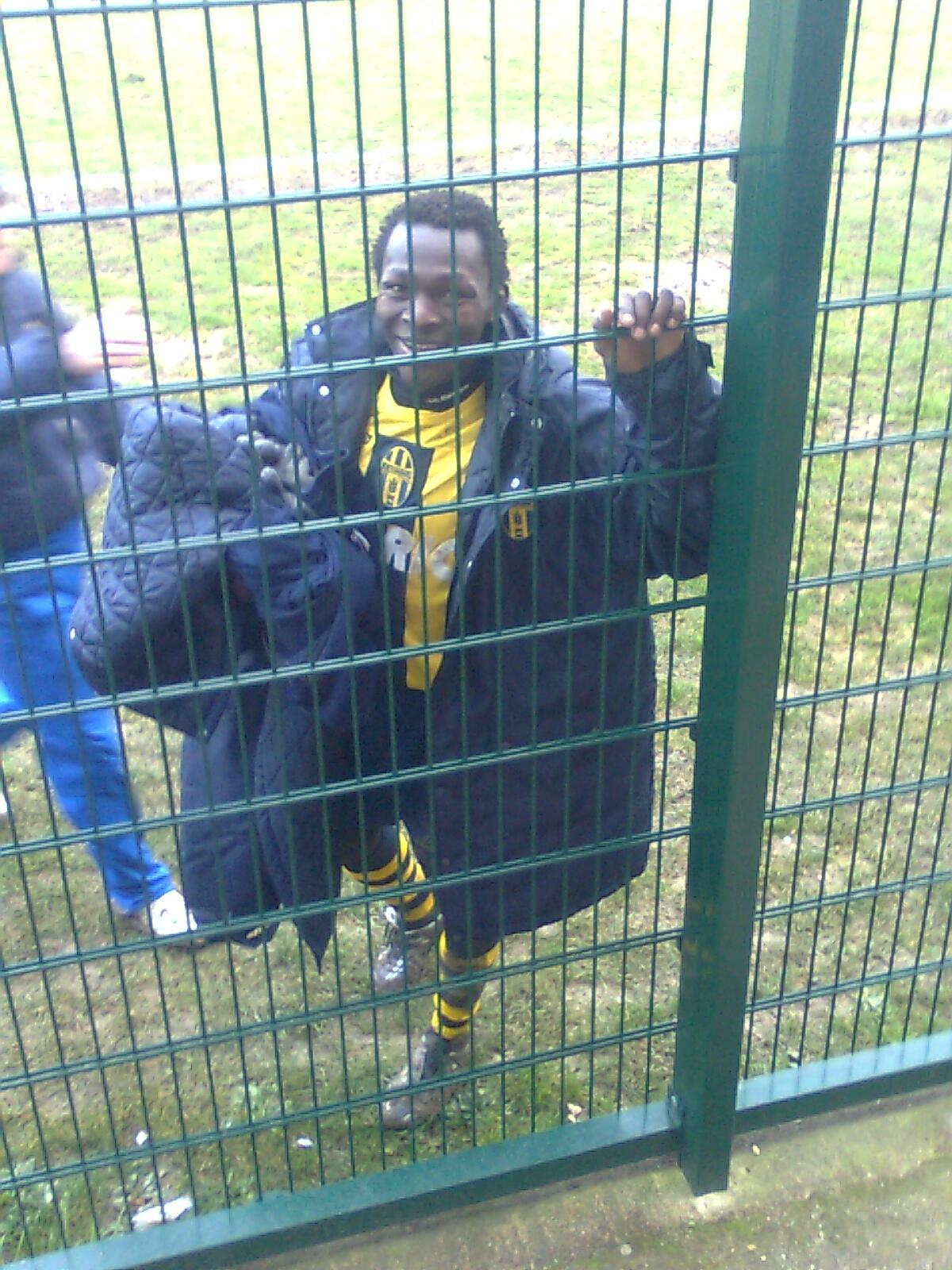 L'attaccante camerunense Laurent Sanda fotografato durante l'uscita dal campo a fine gara