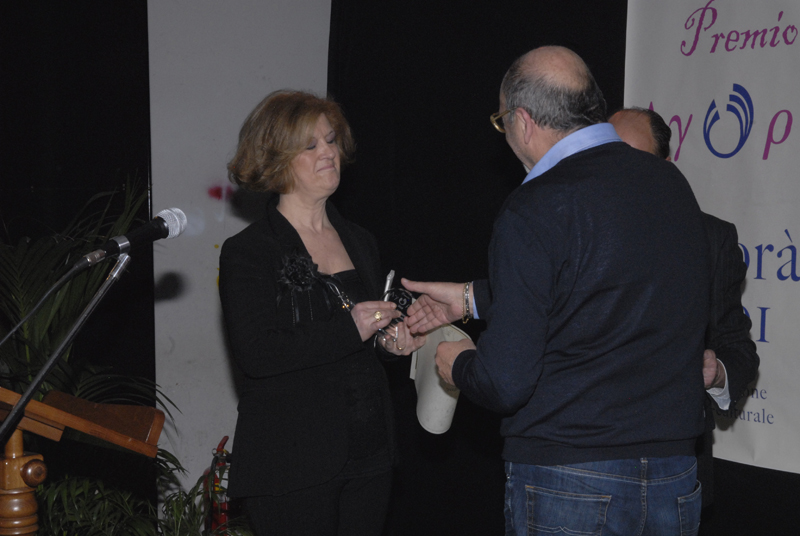 Nazzareno Perotti consegna il premio ad una poetessa di Recanati