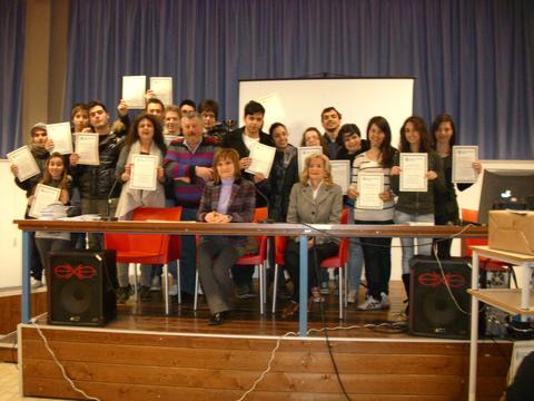 Gabriella Sciarra di Centosoccorso con gli alunni del corso al Liceo Scientifico e la professoressa Massi