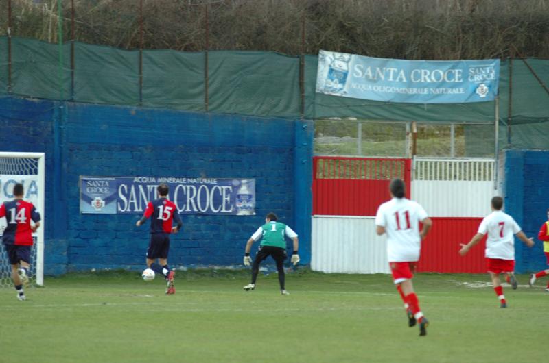 Chessari guarda la palla depositarsi in rete, 1-0 per il Canistro (ph. Troiani)