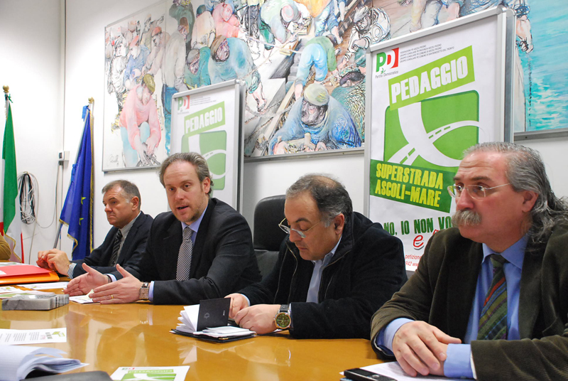 Il Pd piceno contro il pedaggio sull'Ascoli mare: da sinistra, Mandozzi, Di Francesco, Agostini, D'Angelo
