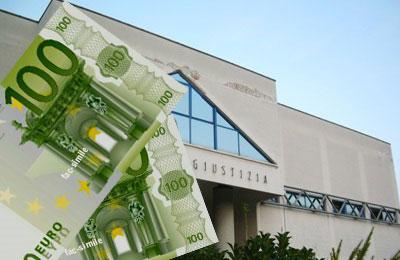 denaro-contraffatto-sullo-sfondo-del-Palazzo-di-Giustizia-di-San-Benedetto-del-Tronto