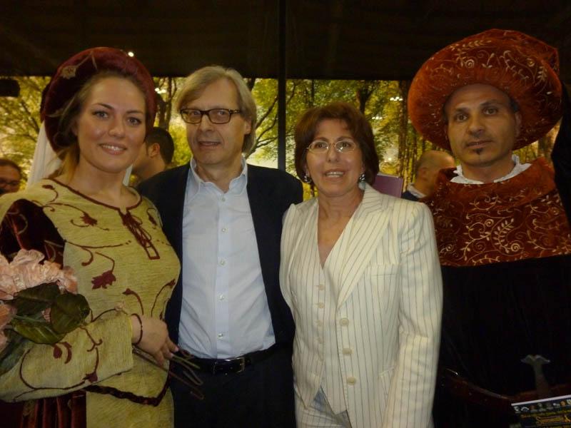 Sponsalia, Vittorio Sgarbi in posa con i figuranti