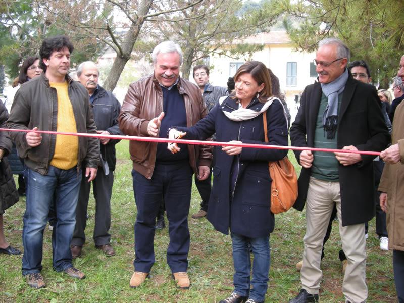 Inaugurazione giochi zona Catasta, Gabriella Lelli taglia il nastro