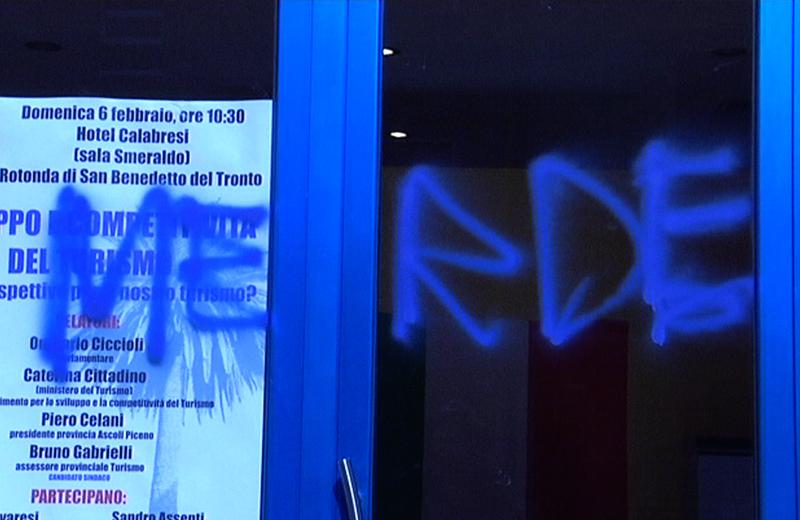 Le scritte vandaliche sulla vetrina della sede Pdl a Porto d'Ascoli