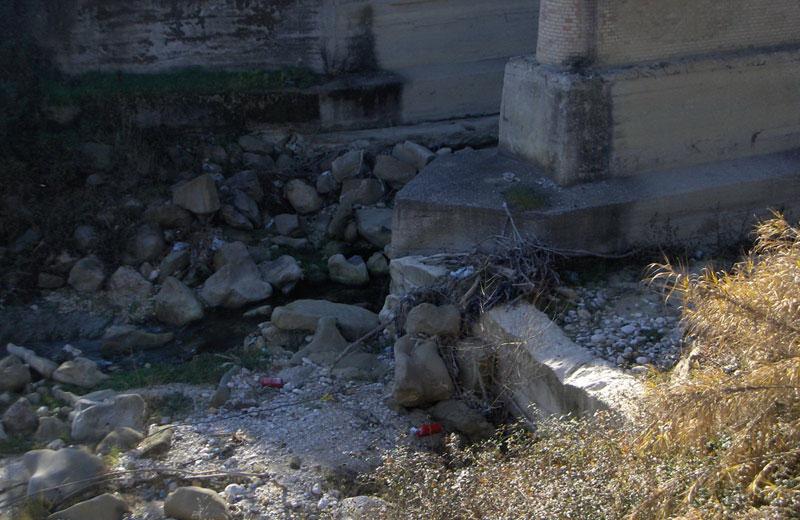 Ponte del Salinello, L'erosione ha causato l'abbassamento dell'alveo di circa due metri