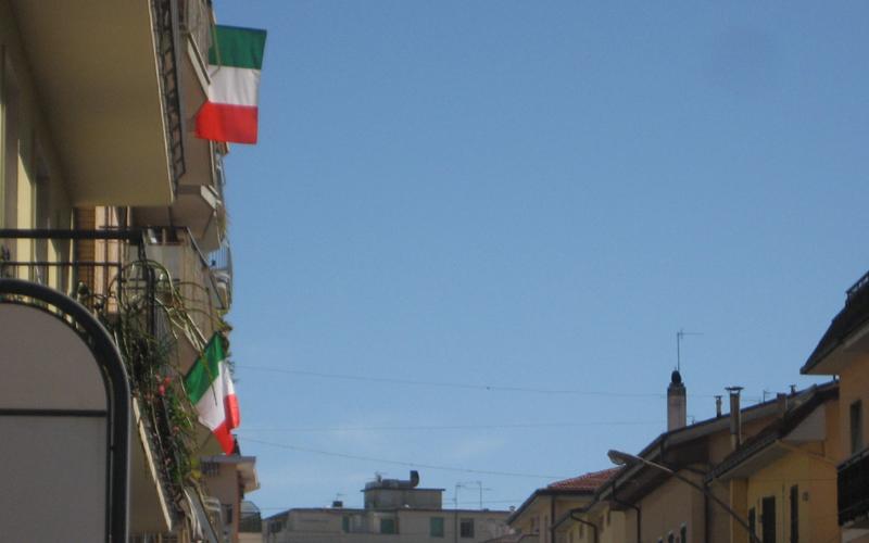 17 marzo, tricolori in via Voltattorni