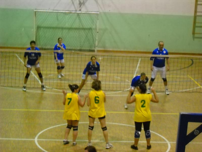 Una fase della finale del torneo di volley Gagliarda 1-Cupra 1