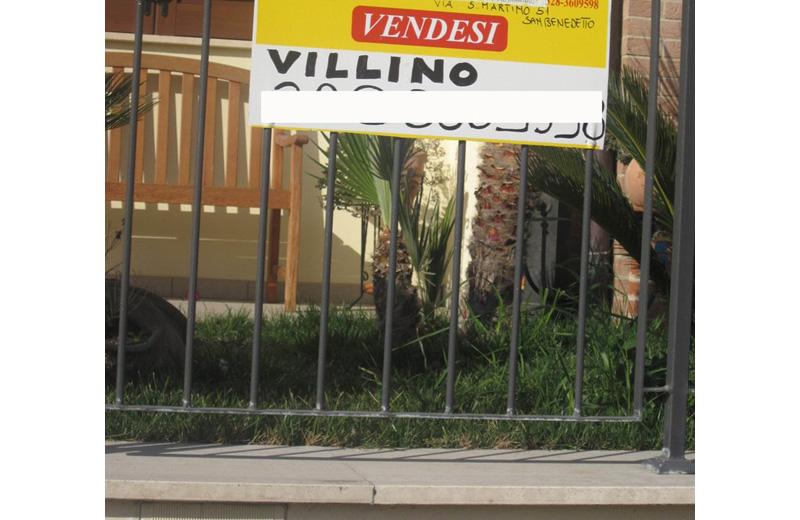 """Il cartello """"Vendesi"""" davanti a un villino grottammarese"""