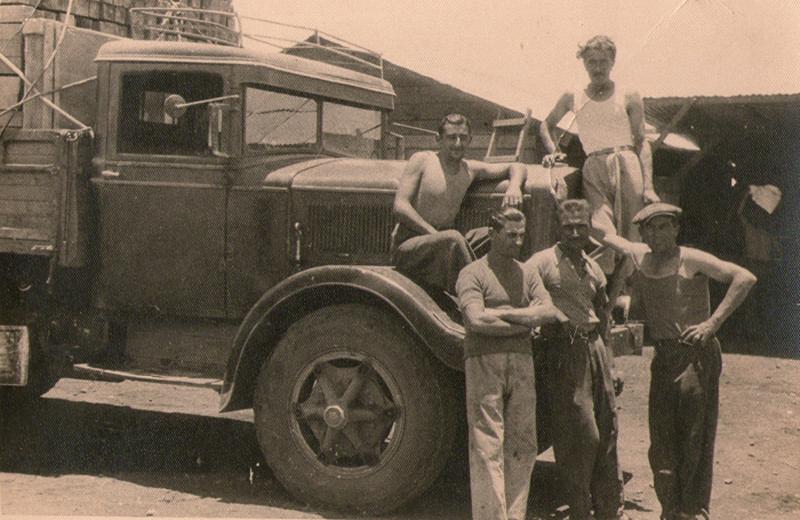 I fratelli Lanciotti e degli amici durante una pausa dal lavoro in Eritrea