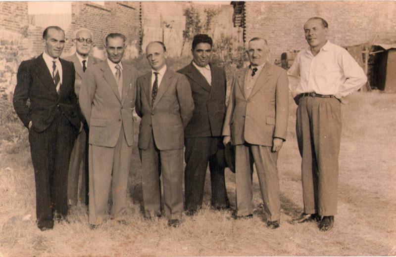 Alessandro Lanciotti (terzo da sinistra) con il gruppo di coloni cuprensi che partirono per l'Eritrea