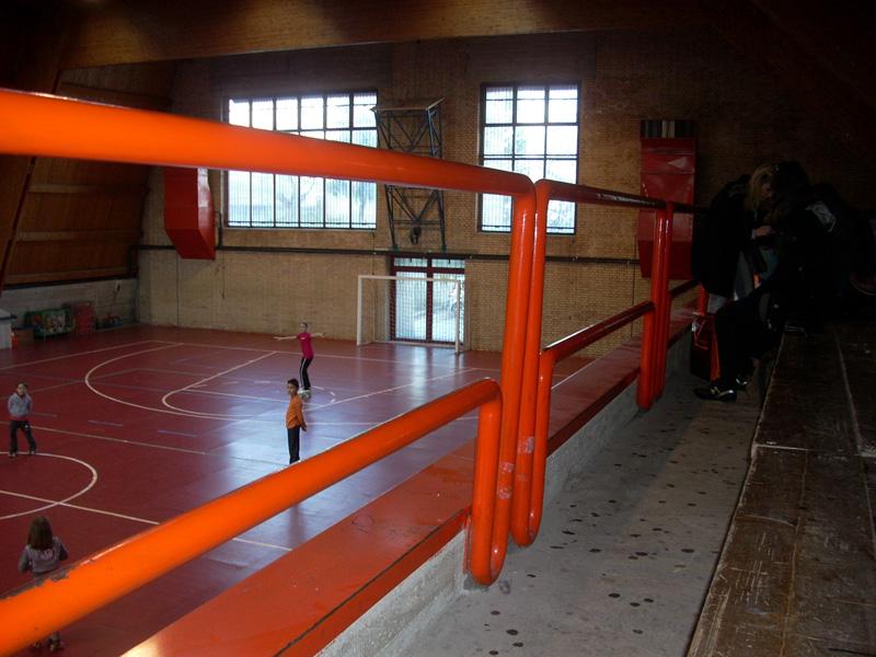 Palazzetto dello Sport di Acquaviva Picena: due ringhiere sugli spalti, quella più in basso appare oggettivamente troppo