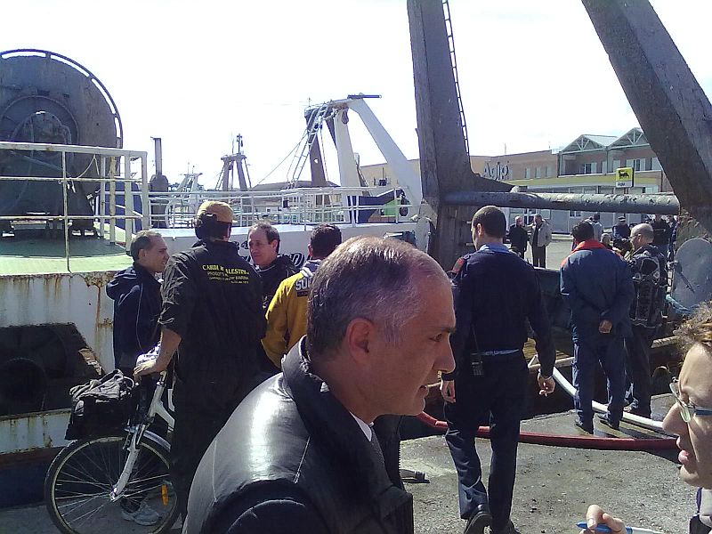 La Genevieve rischia di affondare in banchina: in primo piano, l'assessore provinciale Filippo Olivieri dà informazioni alla stampa