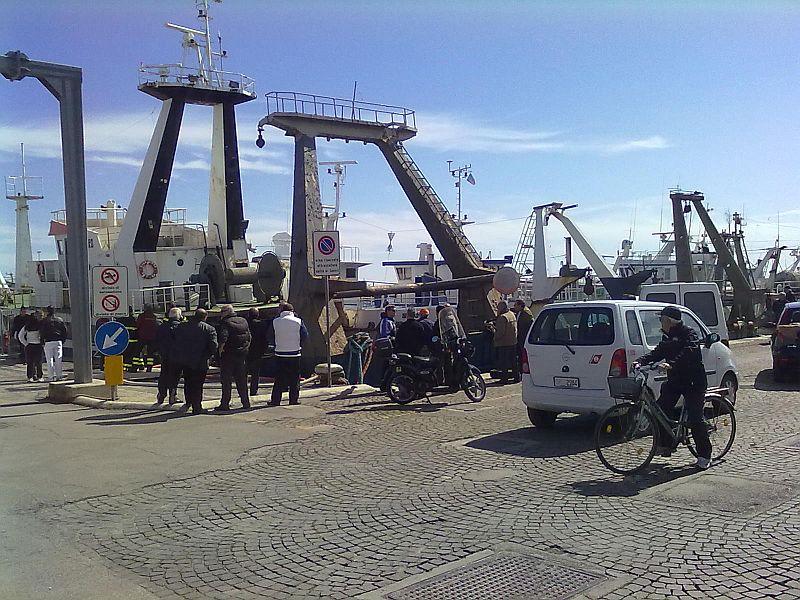 Sabato mattina: la nave da pesca oceanica Genevieve, oggi dismessa, ha rischiato di affondare dopo aver imbarcato acqua a bordo mentre era attraccata