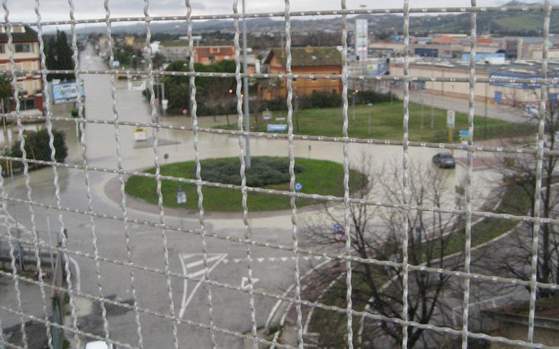 Rotatoria via Pasubio allagata, 2 marzo 2011