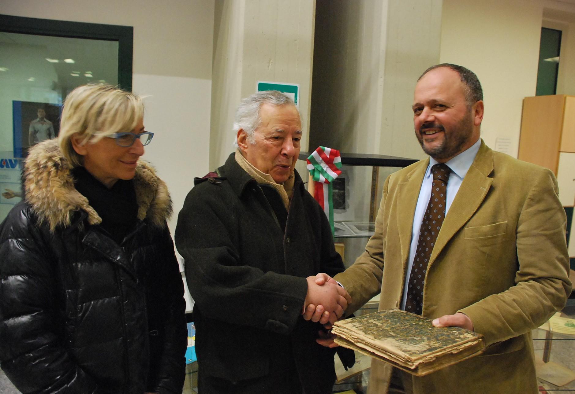 Lo storico Gabriele Cavezzi dona alla biblioteca comunale il volume