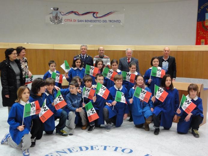 Al centro alcuni bambini della scuola Moretti che parteciperanno all'iniziativa Biciscuola. Sullo sfonfo da sinistra il Maggiore Urbanelli, l'assessore allo Sport Eldo Fanini, Mario Palanca e Giorgio Mancini